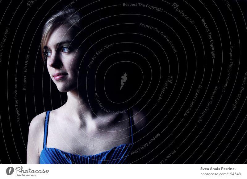 cyan. Mensch Jugendliche blau dunkel feminin Gefühle Traurigkeit Stil träumen Stimmung blond elegant beobachten Kleid Junge Frau dünn