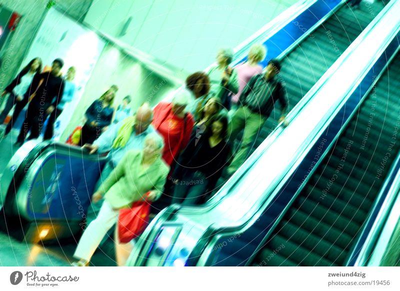 Rolltreppe Mensch grün blau Verkehr Geschwindigkeit Treppe U-Bahn Stress London Underground S-Bahn Rolltreppe