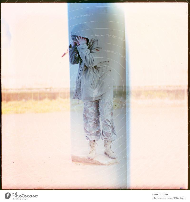 Strahlung Raumfahrt maskulin Mann Erwachsene 1 Mensch 18-30 Jahre Jugendliche Bekleidung stehen warten hell Krankheit retro trashig blau Gefühle Schutz