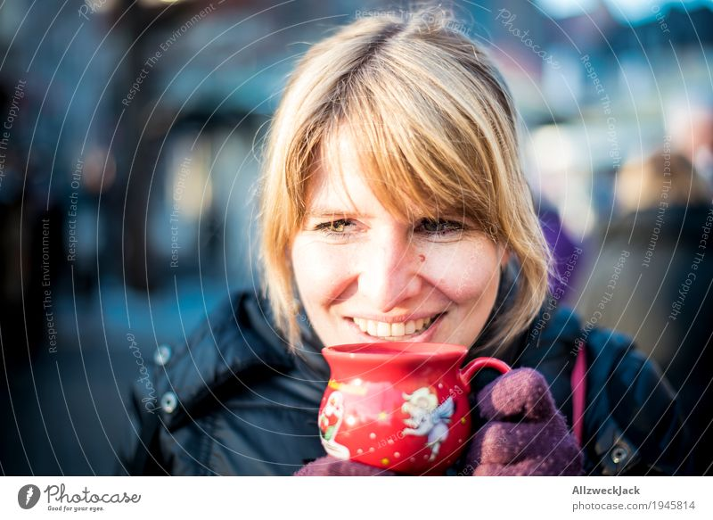 Glühweinpause I Mensch Frau Jugendliche Junge Frau Winter 18-30 Jahre Erwachsene Leben feminin Glück Zufriedenheit Fröhlichkeit genießen Lebensfreude Getränk