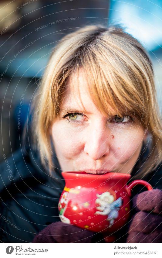 Glühweinpause III Mensch Frau Jugendliche Junge Frau Winter 18-30 Jahre Erwachsene Leben feminin Glück Zufriedenheit Fröhlichkeit genießen Lebensfreude Getränk