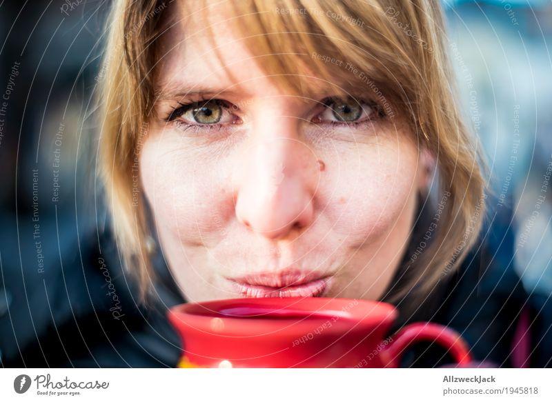 Glühweinpause II Mensch Frau Jugendliche Junge Frau Winter 18-30 Jahre Erwachsene Leben feminin Glück Zufriedenheit Fröhlichkeit genießen Lebensfreude Getränk trinken