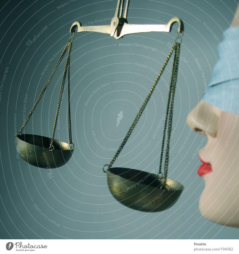 Justitia gleich blind Augenbinde Justiz u. Gerichte Gesetze und Verordnungen Farbfoto Kunstlicht Symbole & Metaphern Menschenleer Denken Gerechtigkeit Figur