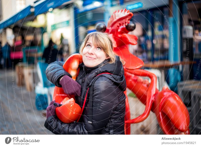 Lobster in Love Mensch Frau Jugendliche Junge Frau rot Einsamkeit Tier Freude 18-30 Jahre Erwachsene Liebe feminin Glück Zusammensein blond Fröhlichkeit