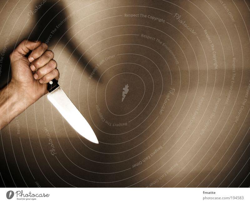 """Hand und Messer maskulin """"Hand Arm Gewalt Mord Angriff Krimi,"""" bedrohlich dunkel braun Sicherheit Schutz Angst Todesangst gefährlich Aggression Farbfoto"""