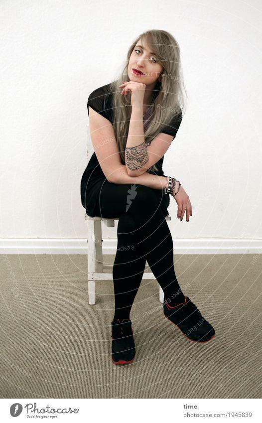 . Mensch Frau schön ruhig Erwachsene feminin Zufriedenheit Raum blond sitzen Lächeln warten Lebensfreude beobachten Neugier Stuhl