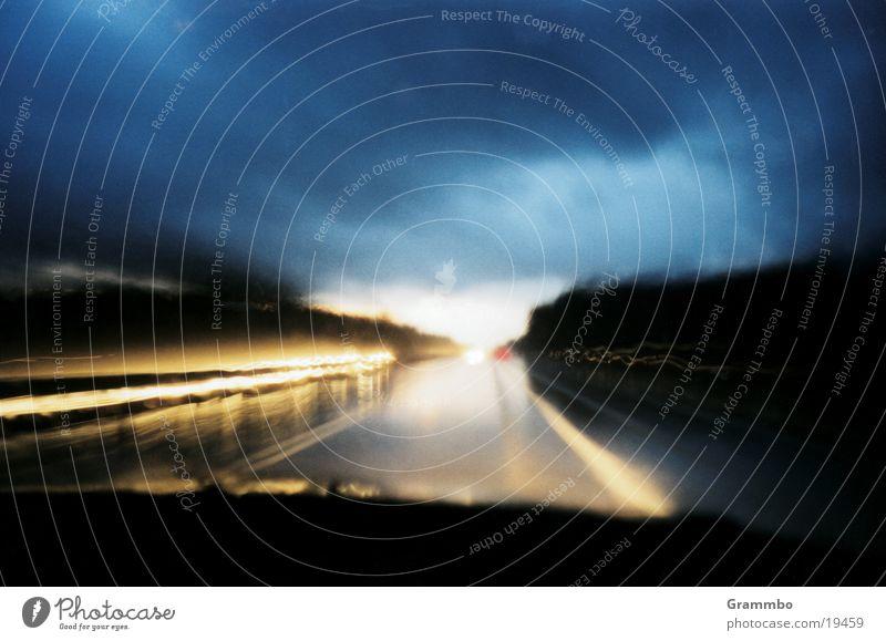 schnell nach Hause Geschwindigkeit Dämmerung Wolken nass Autobahn Verkehr PKW Straße Regen blau Wetter