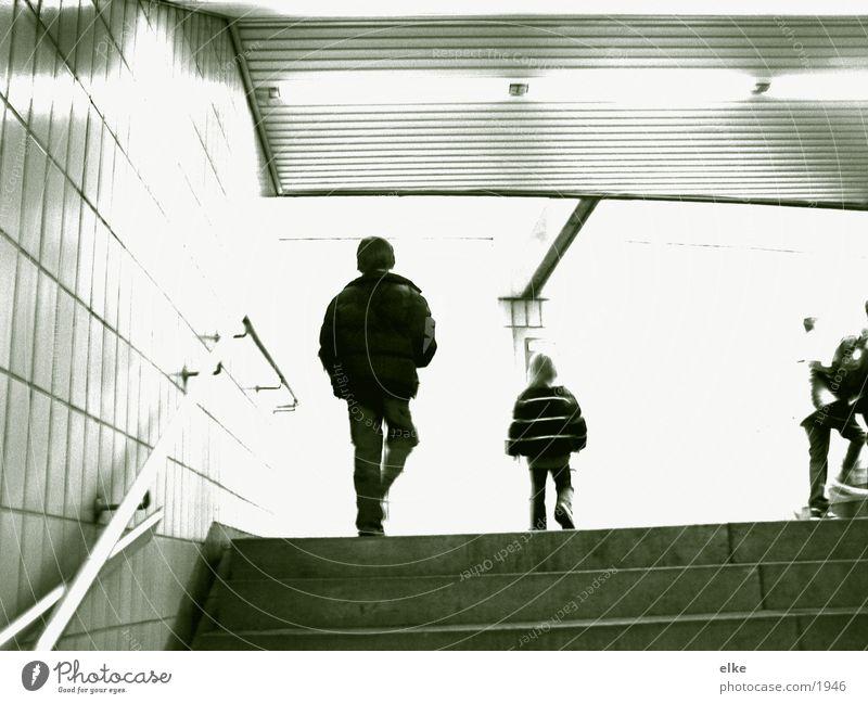 schnell hoch Mensch Kind laufen Treppe Duplex