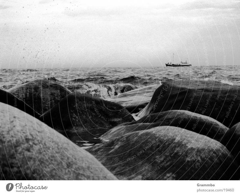 Ein Schiff wird kommen... Wasser Meer dunkel grau Stein Wasserfahrzeug
