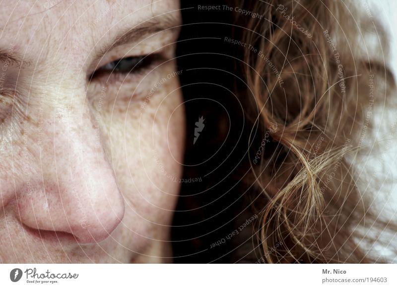 by the way Frau Gesicht Auge feminin Gefühle Glück Haare & Frisuren träumen Kopf Zufriedenheit Kraft Haut Erwachsene Nase verrückt ästhetisch