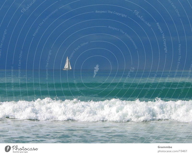 Ruhe vor dem Sturm Wasser Himmel weiß Meer blau Wolken Wasserfahrzeug Wellen Europa Segel