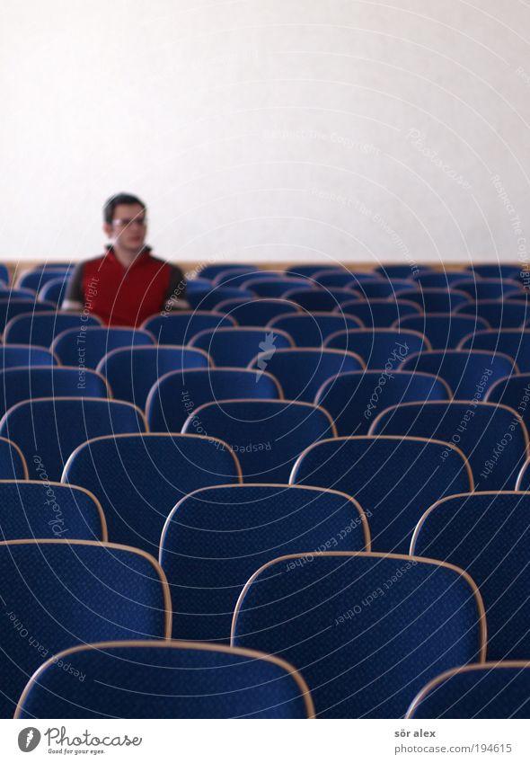 solo Stuhl Raum Gläubige Saal Mensch maskulin Junger Mann Jugendliche Erwachsene 1 18-30 Jahre Pullover sitzen Traurigkeit warten trist blau rot geduldig ruhig