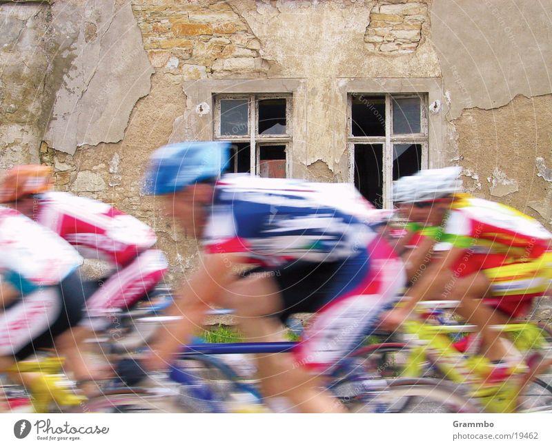 Tour de France Helm Trikot Fahrrad Fenster Haus Geschwindigkeit rot Wand Radrennen Deutsche Telekom 100 Meter Lauf Doping Paris Geständnis Unfallgefahr Sport