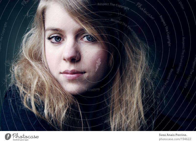 nein,Herz. Mensch Jugendliche blau grün Gesicht Auge feminin kalt Wand Haare & Frisuren Mauer Stil blond Fassade sitzen elegant