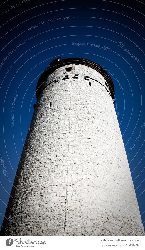 Bergfried Turm Bauwerk Gebäude Architektur Mauer Wand alt groß hoch blau grau Festung Festung Marienberg Würzburg Farbfoto Außenaufnahme Textfreiraum oben Tag