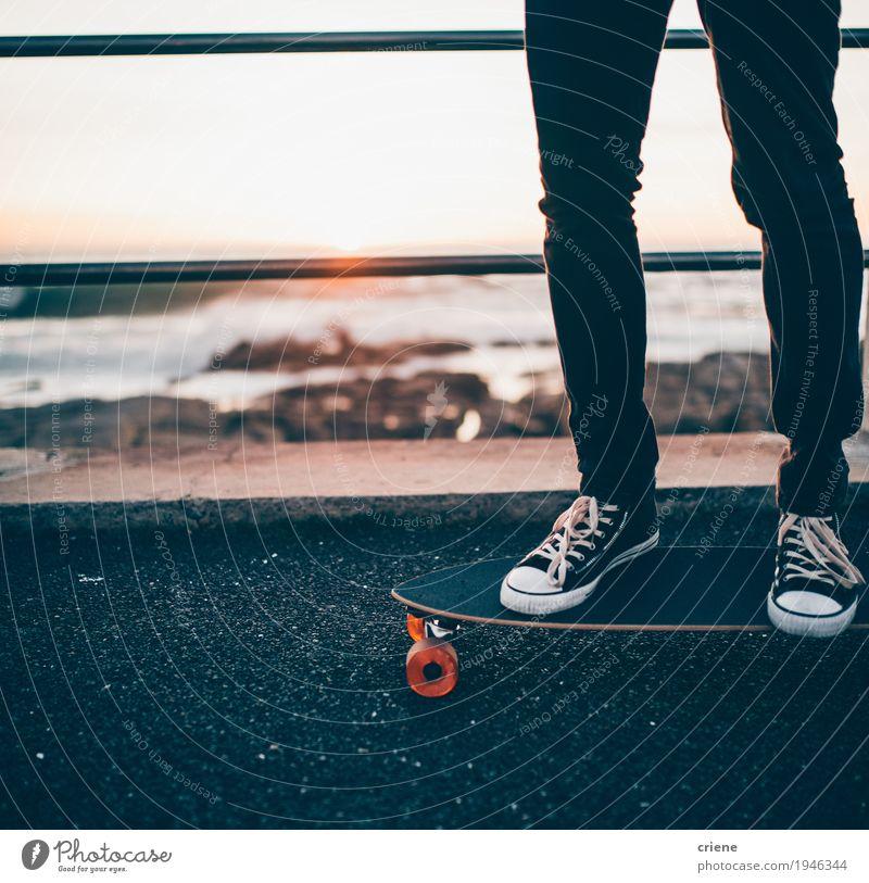 Nahaufnahme des Mannes stehend auf longboard auf Promenade Lifestyle Stil Freude Freizeit & Hobby Strand Meer Sport Mensch maskulin Junger Mann Jugendliche