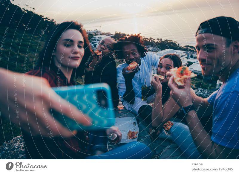 Gruppe junger Erwachsener mit gemischter Rasse, die Selfie nehmen. Essen Fastfood Lifestyle Freude Freiheit PDA Junge Frau Jugendliche Junger Mann Freundschaft