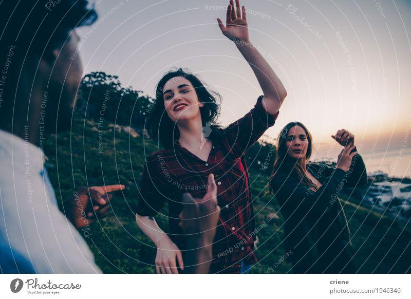 Gruppe junge erwachsene Hippie-Freunde, die in Sonnenuntergang tanzen Lifestyle Freude Nachtleben Party Tanzen Mensch maskulin feminin Junge Frau Jugendliche