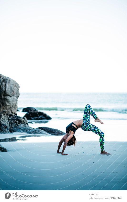 Mensch Frau Jugendliche Junge Frau Meer Strand Erwachsene Leben Lifestyle Sport Gesundheit feminin Freizeit & Hobby Wellen Körper Fitness