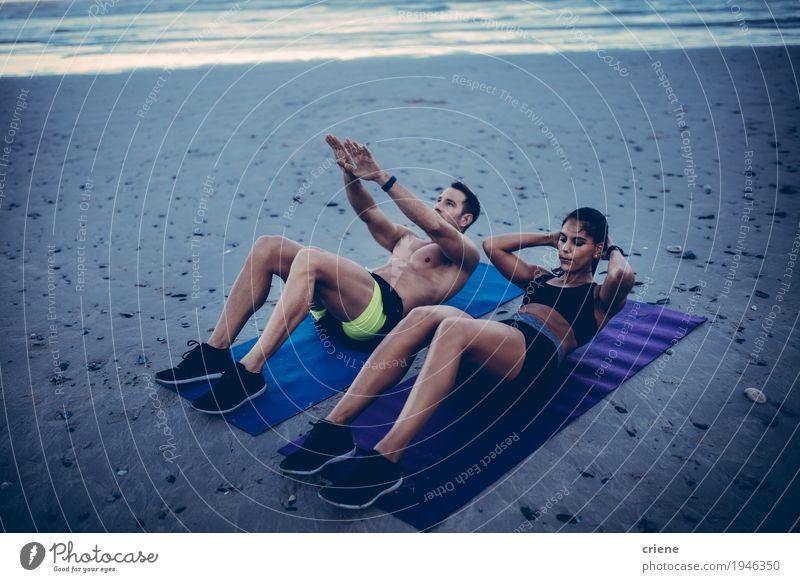 Junge erwachsene Paare, die Eignungstraining auf Strand tun Lifestyle Freude Körperpflege Freizeit & Hobby Meer Sport Fitness Sport-Training Junge Frau