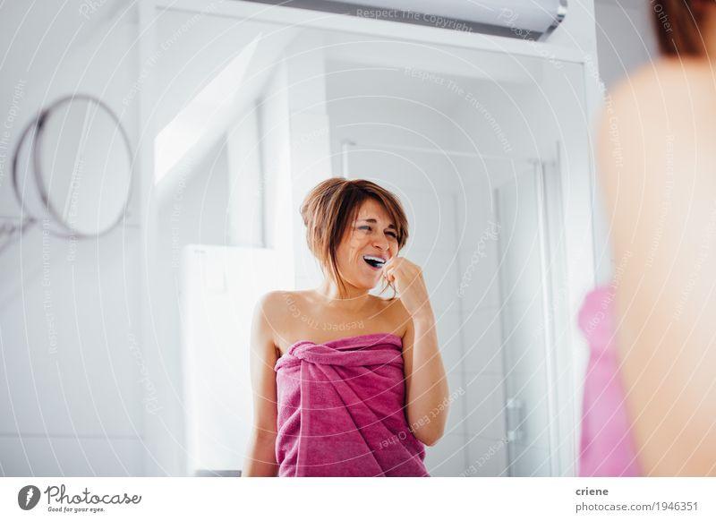 Happpy Junge kaukasische Frauen, die ihre Zähne putzen Lifestyle Freude schön Körperpflege Gesicht Gesundheit Gesundheitswesen Leben Wohlgefühl Häusliches Leben