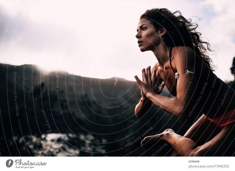 Junge starke Frauen, die Yogahaltung tun Mensch Natur Jugendliche Sommer Junge Frau schön Wolken Erwachsene Leben Lifestyle Sport Gesundheit feminin