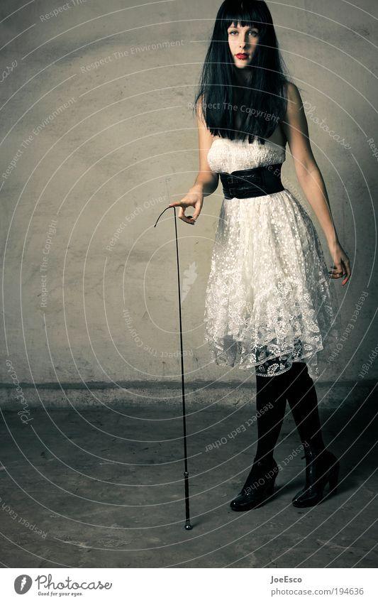zuckerbrot und peitsche 02 Frau schön Leben dunkel Erotik feminin Wand Stil Mauer Erwachsene Feste & Feiern elegant Mode Lifestyle Bekleidung stehen