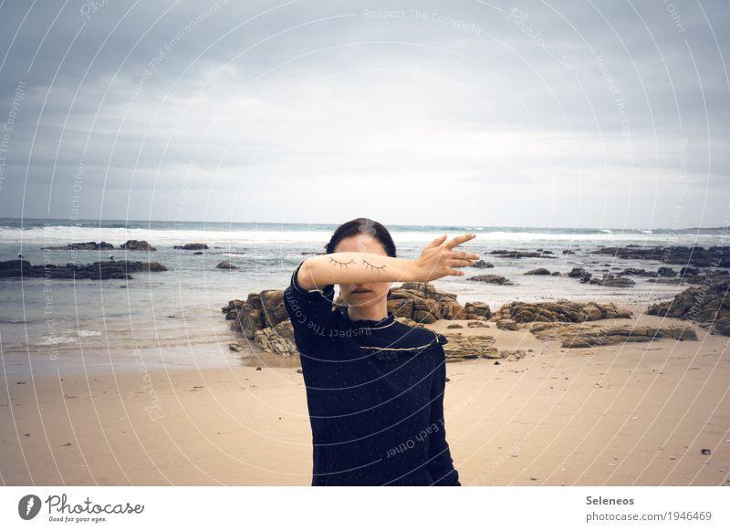 blind spot Sinnesorgane ruhig Meditation Strand Meer Mensch feminin Frau Erwachsene Auge Arme Hand 1 Horizont Küste träumen Verschwiegenheit geschlossen