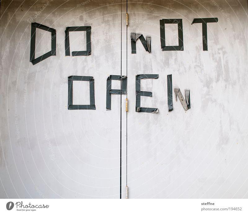 Pandora's Box Tür Metall Schriftzeichen Schilder & Markierungen Hinweisschild Warnschild Verbote geheimnisvoll Eingang do not open offen Typographie