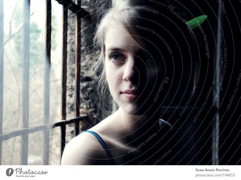 irgendwann Mensch Jugendliche Haus feminin Gefühle Traurigkeit Stil Stimmung blond Glas Fassade elegant warten Trauer Feder beobachten