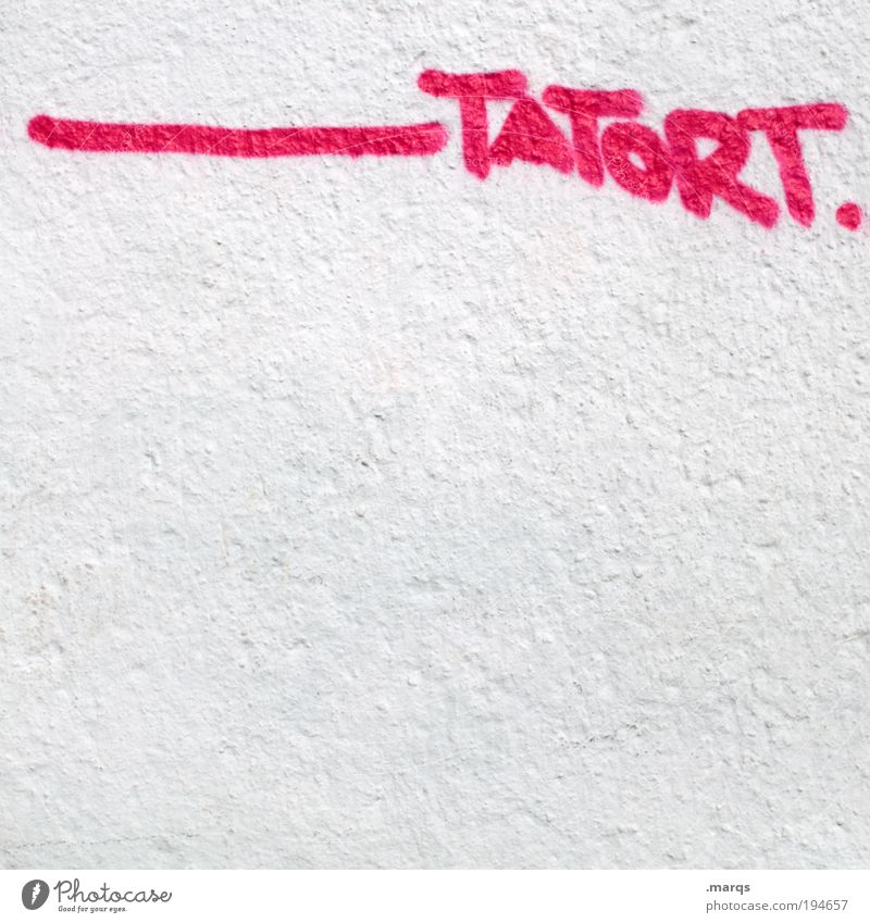 Sonntag, 20.15 Uhr weiß Wand Graffiti Mauer rosa Fassade Schriftzeichen bedrohlich Gewalt Medien Typographie Aggression Fernsehen Entsetzen Kriminalität Diebstahl