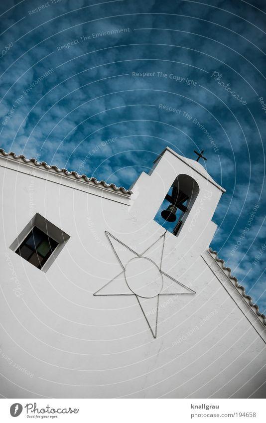 Glocke mit Stern und Fenster Dorf Religion & Glaube Kirche Glockenturm Kirchturm Stern (Symbol) Himmel Wolken Dach himmelwärts Dorfkirche Gebet Gottesdienst