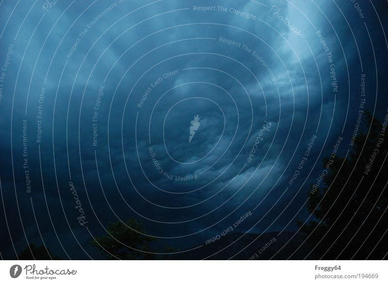 Düster Umwelt Natur Urelemente Luft Wassertropfen Himmel nur Himmel Wolken Gewitterwolken Nachthimmel schlechtes Wetter Unwetter Wind Sturm blau grau schwarz