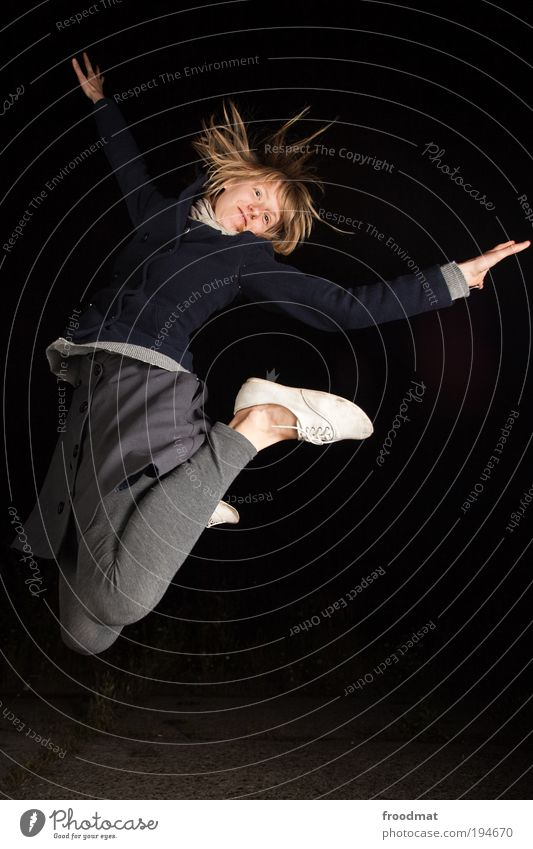 hupfdohle Frau Mensch Jugendliche schön Freude Erwachsene feminin Leben Bewegung springen lustig Kraft Tanzen Erfolg authentisch Coolness