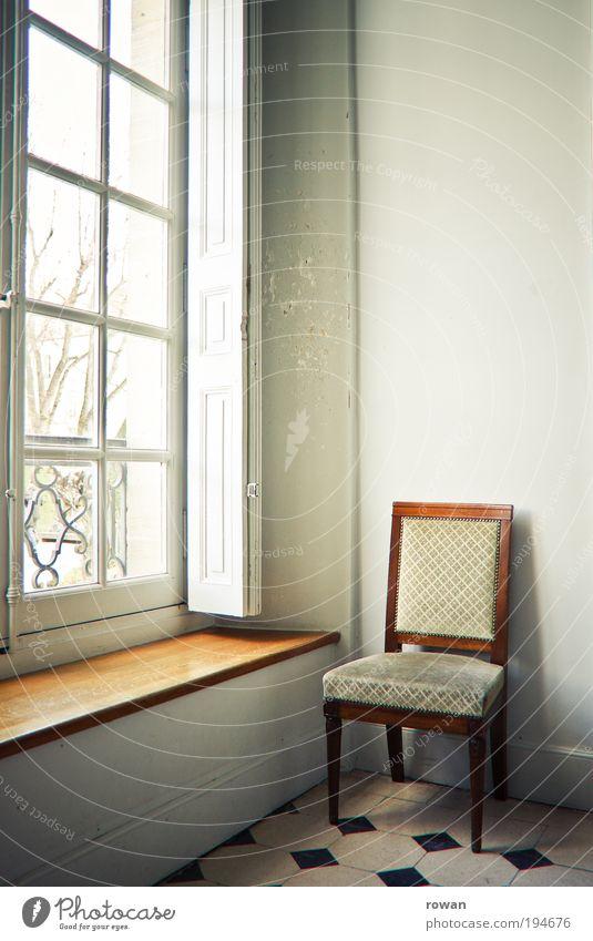 ruhepunkt Haus Bauwerk Gebäude Architektur Mauer Wand Fenster Wärme blau braun Stuhl Sitz Fensterbrett Aussicht Licht hell Häusliches Leben ruhig Ruhepunkt