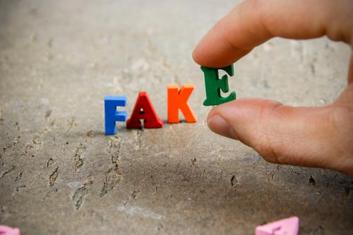 fake maskulin Finger bauen Kommunizieren schreiben Wahrheit Fälschung Buchstaben Wort Fakten postfaktisch tatsachen Politik & Staat Information Nahaufnahme