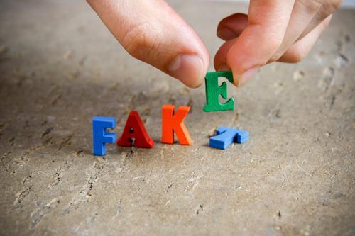 Es gibt Alternativen maskulin Finger Holz wählen Bewegung schreiben stehen Verantwortung Wahrheit Ehrlichkeit betrügen dumm falsch Verachtung Wert Fälschung