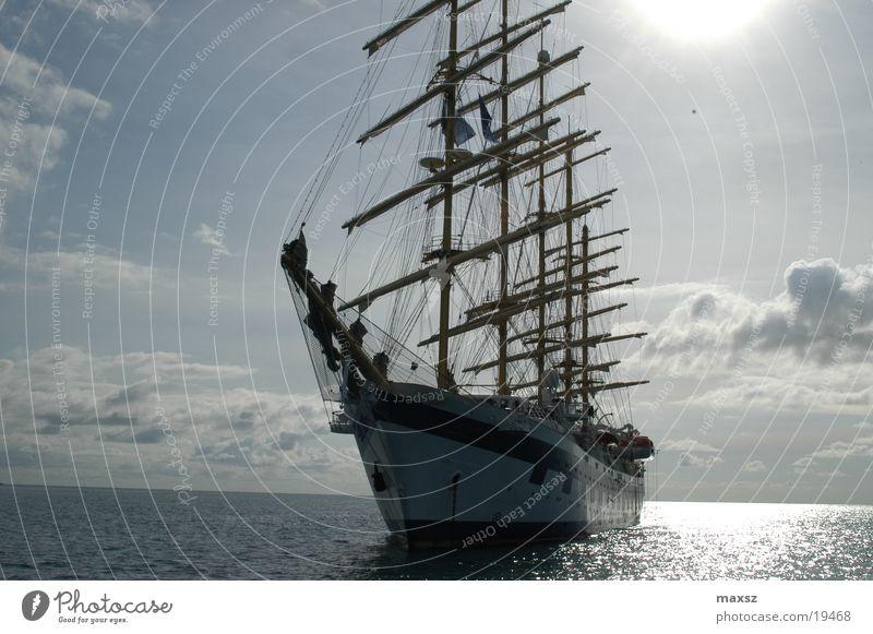 Schiff Wasserfahrzeug Wolken Meer Segeln Segelschiff Segelboot Reflexion & Spiegelung träumen Physik Sommer schön Himmel Holz Sportboot Sonne blau Strommast