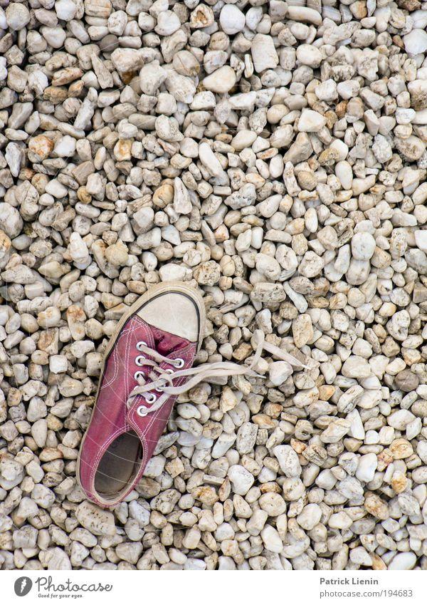 shoe missed! Stein laufen Schuhe Schuhbänder Muster Terrasse Einsamkeit Suche finden sehr viele rund Strukturen & Formen Mosaik Menschenleer Textfreiraum rechts