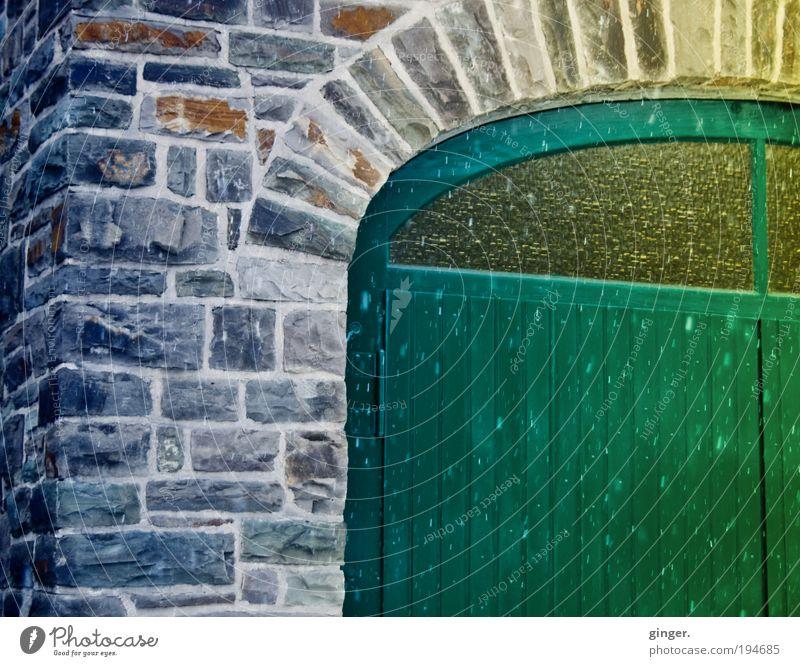 Winter ade Haus Gebäude Garage Mauer Wand Fassade Tür Tor braun gelb grau grün Glas geteilt Fenster öffnen geschlossen Ecke Bogen Stein Steinmauer unterbrochen