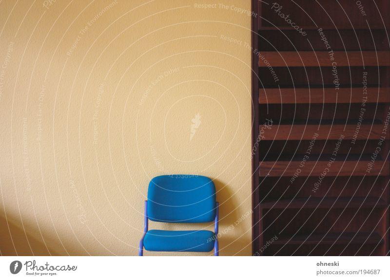 Bitte Platz nehmen blau warten leer Innenarchitektur Häusliches Leben Stuhl Möbel Umzug (Wohnungswechsel) Renovieren einrichten Regal Textfreiraum links Bücherregal