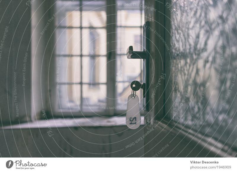 Der Schlüssel mit dem Daumen in der Tür Wohnung Haus Schlafzimmer Erfolg Büro Mensch Hand Finger Metall alt authentisch retro weiß Sicherheit Schutz
