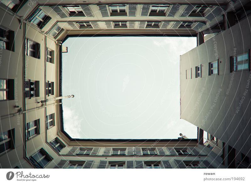 Innenhof alt Himmel Stadt Haus Wand Fenster Mauer Gebäude Architektur Wohnung Fassade geschlossen Aussicht Häusliches Leben Mitte