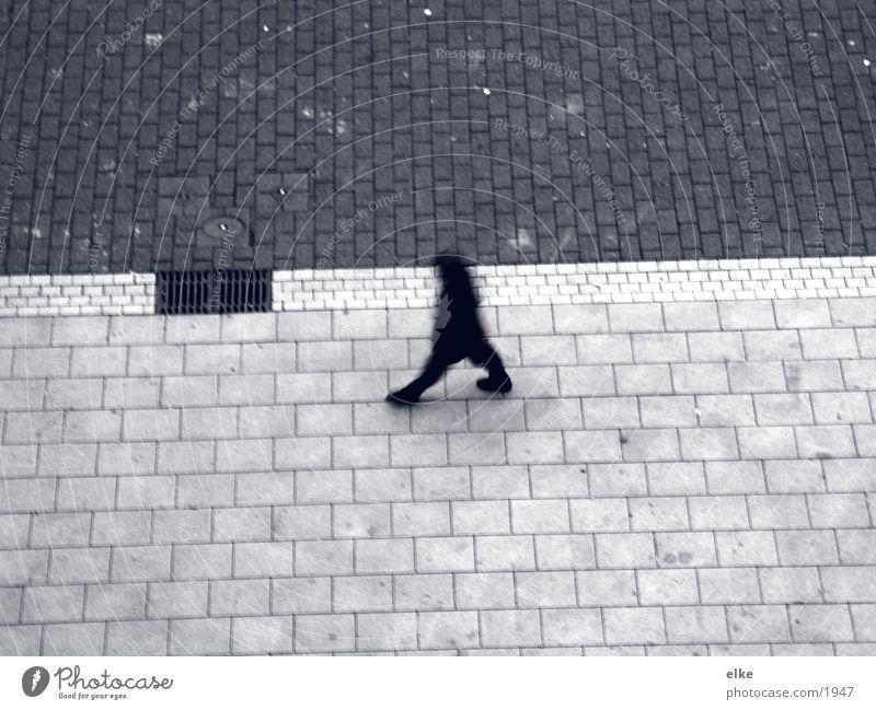 ein schritt voraus Mann Mensch laufen Kopfsteinpflaster