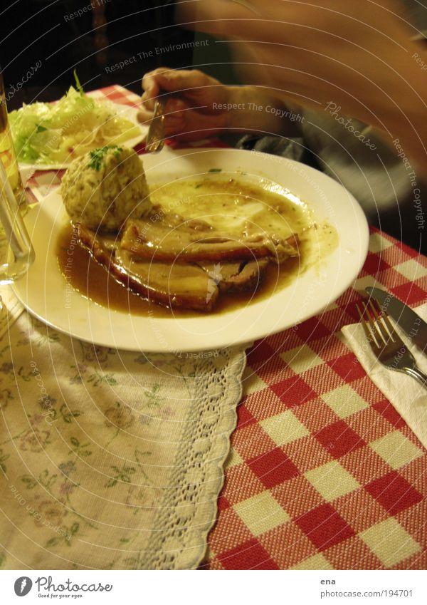 Deftig! Ernährung Lebensmittel Essen Tisch Häusliches Leben Appetit & Hunger Geschirr Teller Abendessen Fleisch Tradition Mittagessen Salat Besteck Salatbeilage