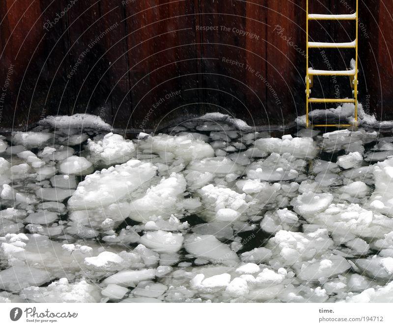 Ausstiegsszenario Wasser weiß kalt Schnee Wand grau Eis Metall nass Fassade Frost Baustelle Hafen Teile u. Stücke viele aufwärts
