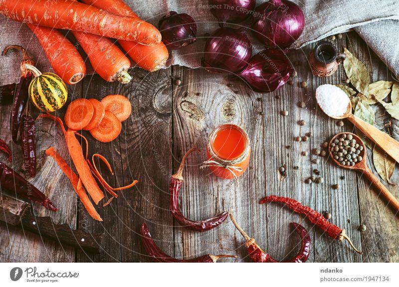frisches Gemüse und ein Glas Karottensaft Frucht Kräuter & Gewürze Vegetarische Ernährung Diät Getränk Saft Tisch Natur Holz alt Gesundheit lecker natürlich