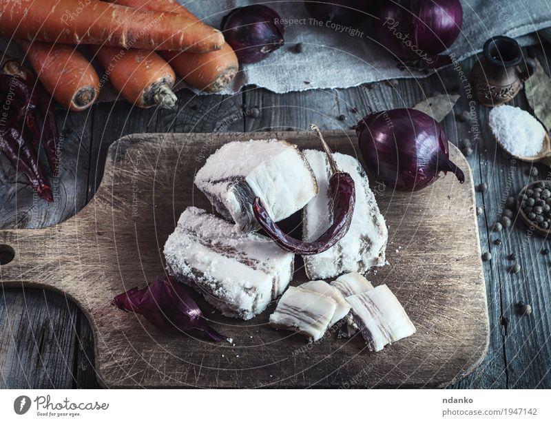 Salz-Schweinefleisch-Speck auf einem Küchenbrett alt rot Blatt Essen natürlich Lebensmittel grau braun oben orange Frucht frisch Tisch Kräuter & Gewürze lecker