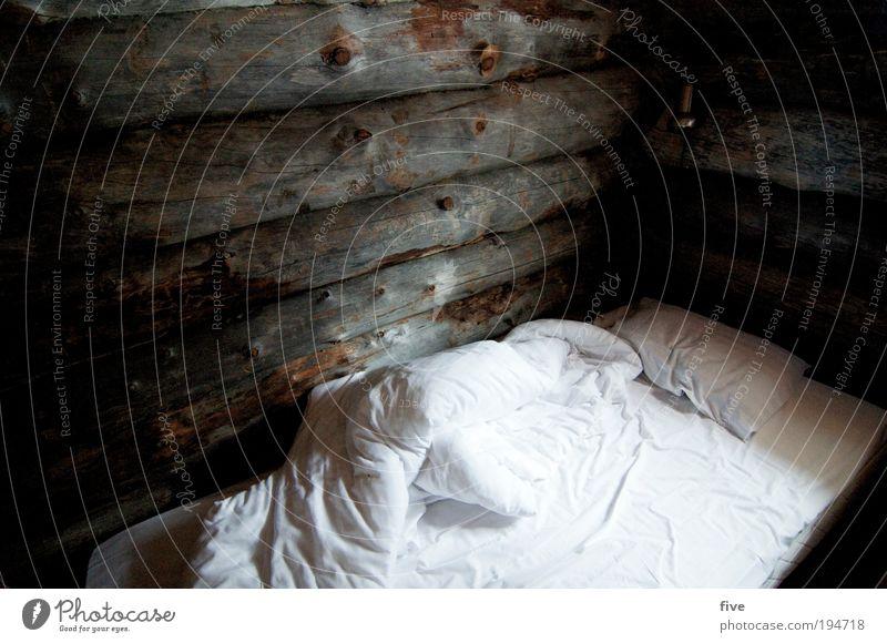 schlafplätzchen Häusliches Leben Möbel Bett Raum Schlafzimmer Haus Hütte Fenster ruhig Bettdecke Kissen Holz Wand Holzwand Finnland Lappland Skandinavien