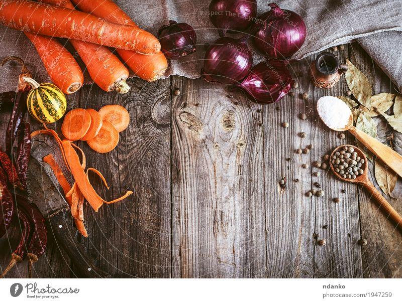 Frisches rohes Gemüse und Gewürze auf grauer Holzoberfläche Kräuter & Gewürze Ernährung Essen Vegetarische Ernährung Löffel Tisch alt frisch Gesundheit lecker
